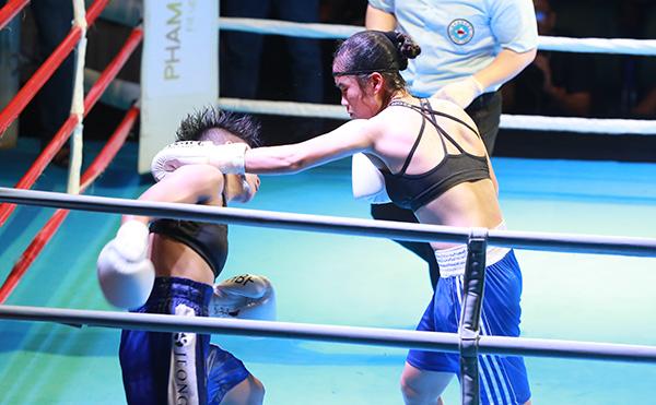 Hai cô gái mướt mồ hôi, so găng từng khoảnh khắc trên sàn đấu.