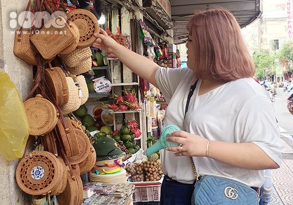 Cô tỏ ra thích thú với những gian hàng bày bán đồ lưu niệm.