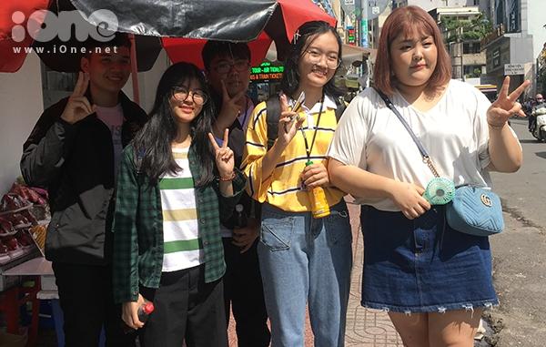 Nhiều bạn trẻ nhận ra sự xuất hiện của Soobin nên nhanh chóng xin được chụp hình chung.