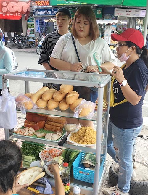 Cô dừng chân tại một quán bánh mì và mua thưởng thức vì biết đây là món ăn sáng phổ biến của người Việt, từng nổi tiếng thế giới.
