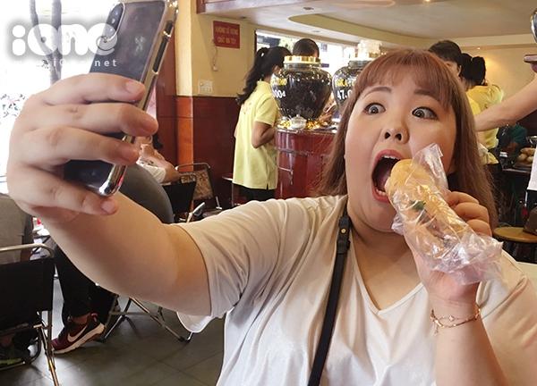 Cô nàng nhiệt tình chụp ảnh lưu lại kỷ niệm trong chuyến thăm Việt Nam.