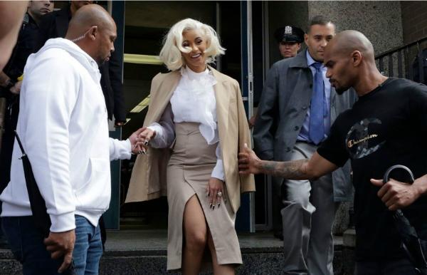 Cardi B tươi cười sau khi rời đồn cảnh sát ngày 1/10.