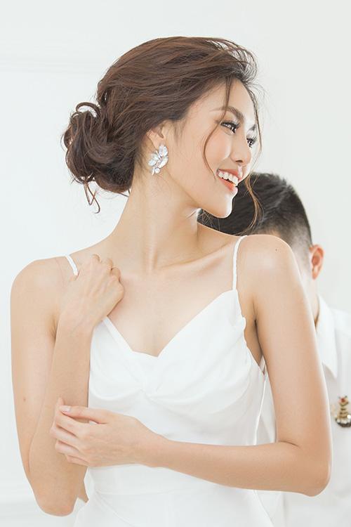 Kết quả, cô có những bộ váy cưới cực kỳ ưng ý để diện trong ngày trọng đại. Những mẫu váy của Lan Khuê đều tôn dáng và có cả vẻ gợi cảm, được dính kết tỉ mỉ tạo độ sang trọng.