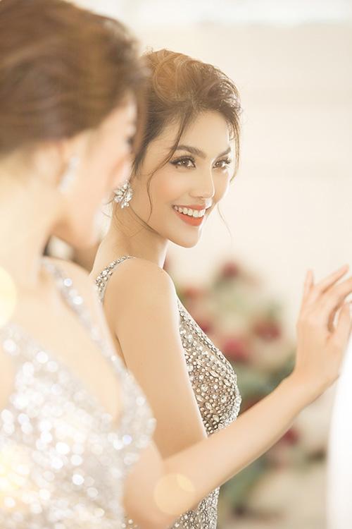 Đám cưới Lan Khuê và bạn trai John Tuấn Nguyễn sẽ diễn ra tại một trung tâm hội nghị sang trọng ở quận 1. Cả hai về chung một nhà sau một thời gian yêu nhau không quá dài. Chồng của người đẹp là một doanh nhân thành đạt.
