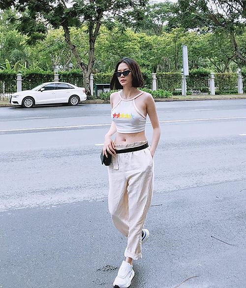 Thời trang khoe eo vẫn luôn được lòng các sao Việt dáng chuẩn. Bộ cánh của Thiều Bảo Trang ghi điểm vì trông đơn giản mà rất style.