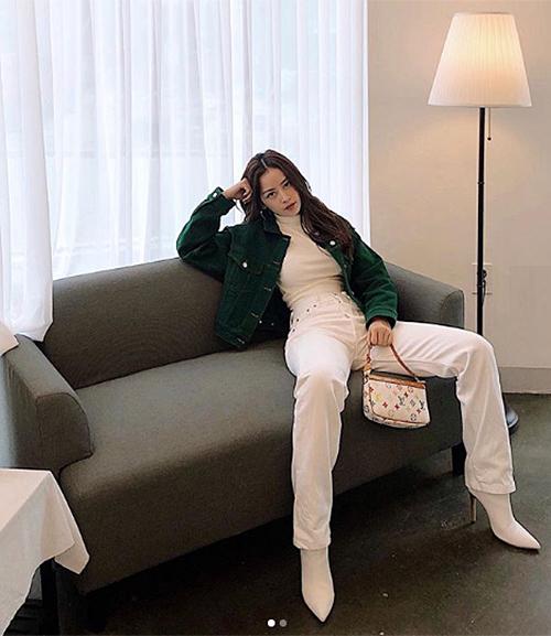 Mới đầu thu nhưng Chi Pu đã diện áo cổ lọ, áo khoác rất ấm áp. Tuy bất chấp thời tiết nhưng độ chất ngầu của cô nàng là miễn bàn.