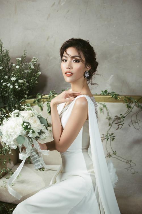 Ngày mai (4/10), hôn lễ của Lan Khuê và ông xã John Tuấn Nguyễn sẽ chính thức diễn ra tại TP HCM. Sau khi cho đăng tải loạt ảnh cưới được chụp tại Paris, mới đây, siêu mẫu sinh năm 1992 tiếp tục nhá hàng toàn bộ hình ảnh hậu trường thử váy cưới.