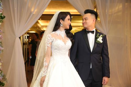 Bộ váy cưới mà Diệp Lâm Anh diện có giá 120 triệu đồng. Đi kèm chiếc váy chất liệu gấm là chiếc khăn voan dài, kiểu cách đơn giản. Bộ trang phục làm tôn lên vẻ nền nã, thướt tha của Quán quân Cuộc đua kỳ thú.