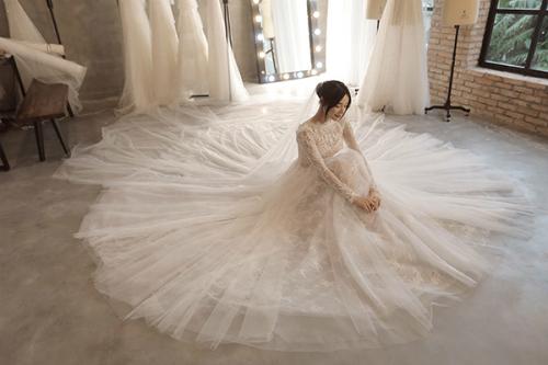 Để chuẩn bị cho đám cưới, Nhã Phương chọn 5 mẫu váy cưới mới nhất của NTK Chung Thanh Phong. Trong đó, một bộ cô diện trong lễ đính hôn, hai bộ để chụp ảnh cưới và hai bộ diện trong ngày trọng đại.