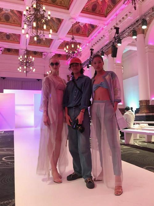Người mẫu Chà Mi trình diễn tại London Fashion Week 2019.