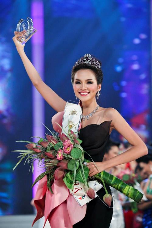 Diễm Hương đăng quang Hoa hậu Thế giới người Việt 2010. Cùng năm, cô lọt top 20 hoa hậu có gương mặt đẹp nhất do chuyên trang sắc đẹp Global Beauties bình chọn.
