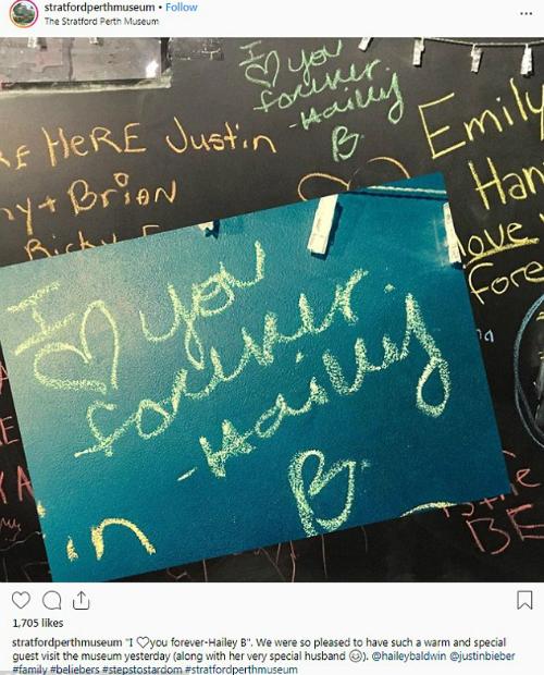 Dòng chữ Anh yêu em mãi mãi, Hailey được Justin Bieber viết tặng một bảo tàng tại Canada ngày 30/9 vừa qua.