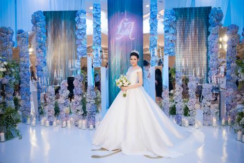 Trong tiệc cưới diễn ra hồi cuối tháng 7, Á hậu Tú Anh diện bộ váy cưới bồng bềnh, được đính hơn 20.000 viên pha lê và đá swaroski bằng tay của NTK Chung Thanh Phong. Bộ váy này được ekip hoàn thành trong 1 tháng và được tạo thành từ gần 30 mét vải. Thiết kế này có giá trị lên tới cả trăm triệu đồng vì được làm thủ công từ chất liệu cao cấp.
