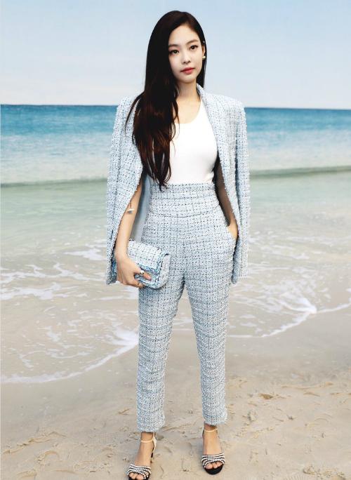 Người đẹp YG ăn vận đơn giản như một cô nàng công sở nhưng cũng đủ toát lên đẳng cấp của một fashionista thế hệ mới của Kpop. Jennie mặc bộ suit Cruise Chanel bằng vải tweet màu xanh ngọc,kết hợp áo trắng cùngphụ kiện đồng điệu như giày cao gót đính đá đen trắng, mini flap bag xanh...