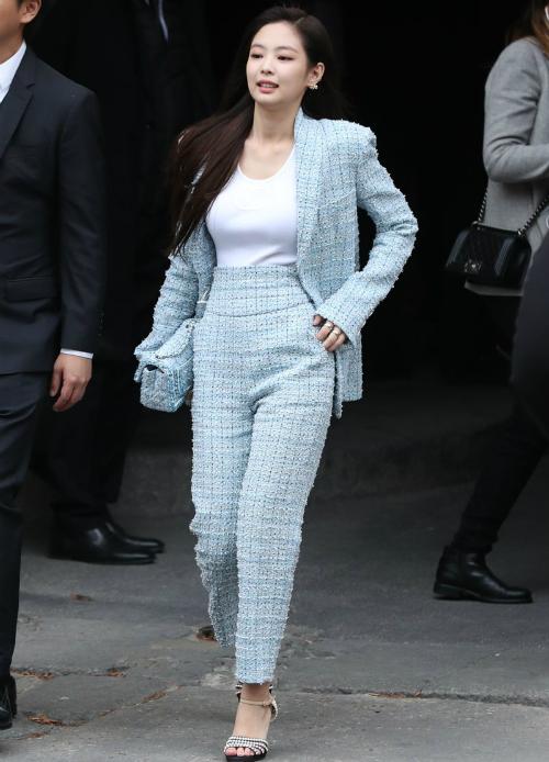 Cùng với kiểu tóc đơn giản và style make-up nhẹ nhàng, Jennie đã có một diện mạo ấn tượng, vừa đơn giản vừa sang chảnh như CEO khi tham dự.