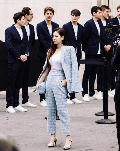 Fan nhận xét, Jennie có khả năng chinh phục mọi trang phục tưởng chừng như nhạt nhòa nhất nhờ thần thái không thể chê được. Dù chiều cao không nổi bật nhưng Jennie đã lấn át nhiều khách mời tại sự kiện của Chanel.
