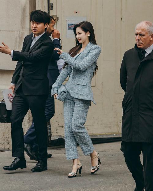 Chiều 2/10 (giờ địa phương), Jennie là khách mời tham dự show diễn của Chanel, thuộc khuôn khổ tuần lễ thời trang Paris.
