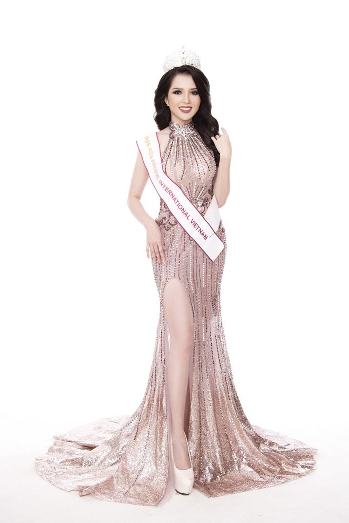 <p> Thúy Vi đang dự thi Miss Asia Pacific International. Đại diện của Việt Nam ngày càng tự tin khi đến giai đoạn nước rút. Mới đây, cô tung bộ ảnh mới nhất với đầm dạ hội ngay trước thềm chung kết.</p>