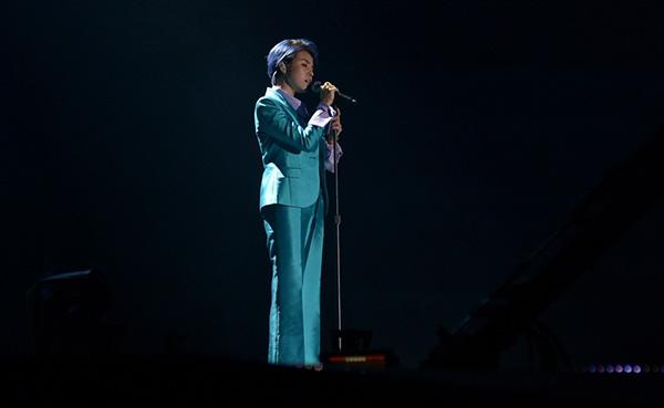 [Caption]Lần đầu tiên trên sân khấu Asia Song Festival một ca sĩ nước ngoài hát bằng 3 thứ tiếng. Đây cũng chính là sáng tác mới nhất của cô.