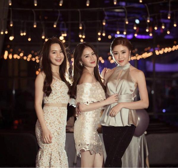 Họ nhà Sivilay nổi tiếng là gia đình có những cô con gái có nhan sắc xinh đẹp và thành tích học tập đáng ngưỡng mộ. Hot girl 9x có cô em gái là Phoiphailin Sivilay (ở giữa), sinh năm 1997, tên tiếng Việt là Nguyễn Mai Chi và chị gái Yatmany Sivilay (bên phải), sinh năm 1991, tên tiếng Việt là Nguyễn Quỳnh Vi. Chichi đang theo học ngành kinh tế Thời trang tại Regents University London, Anh và thành thạo 4 thứ tiếng (Lào, Việt, Anh và Thái). Yatmany đã kết hôn, làm kinh doanh spa tại Lào.