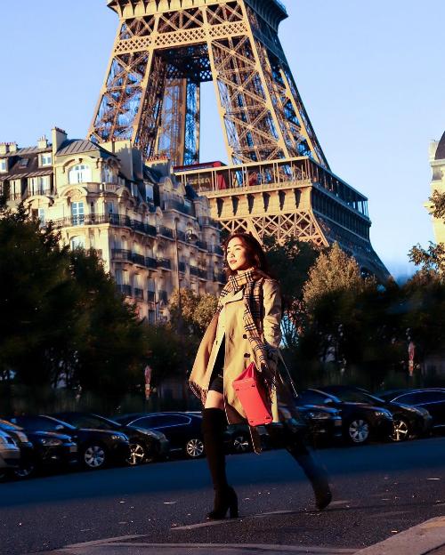 Rũ bỏ hình ảnh nhí nhảnh, Hòa Minzy hóa quý cô sang chảnh khi dạo chơi trên đường phố Paris. Cô diện mẫu trench coat dáng dài gam màu camel hợp trend có giá gần 50 triệu đồng của Fendi cùng boots cao cổ và chiếc khăn choàng có giá hơn 10 triệu đồng. Phụ kiện đắt đỏ nhất trong set đồ của Hòa Minzy là chiếc túi Hermes Birkin, sản phẩm này có giá gần 300 triệu đồng.