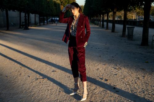 Diện bộ đồ theo phong cách menswear, Kỳ Duyên phối bộ suit khoe dáng triệt để của NTK Đặng Hải Yến cùng giày cao gót mũi nhọn của Balenciaga và áo sơ mi Yves Saint Laurent. Phong cách trang phục dát đầy hàng hiệu tạo cho Kỳ Duyên vẻ ngoài quyền lực, đẳng cấp.