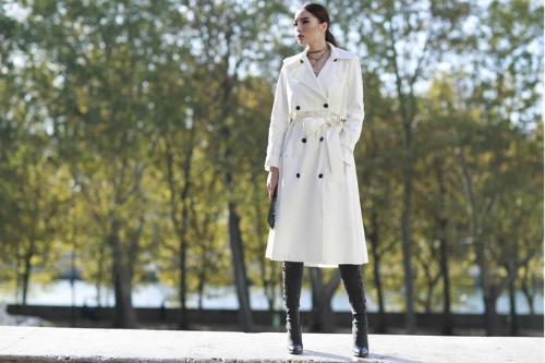 Tại Paris, Kỳ Duyên thường xuyên góp mặt tại các show diễn thời trang, workshop, giao lưu với các tín đồ thời trang trên thế giới. Đây chính là cơ hội để cô giới thiệu các thiết kế Việt đến bạn bè quốc tế. Trên đường phố Paris, người đẹp sinh năm 1996 khoe thần thái hút hồn khi diện bộ trang phục thanh lịch của NTK Lâm Gia Khang và boots hầm hố của Stuart Weitzman. Phụ kiện vòng cổ của Dior làm cho set đồ trở nên hoàn hảo.