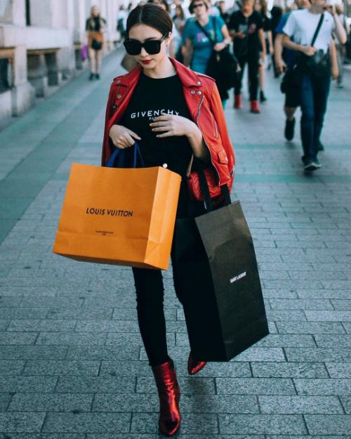 Biker jacket của Yves Saint Laurent có giá gần 90 triệu đồng được giọng ca sinh năm 1995 mix cùng áo thun Givenchy gần 10 triệu đồng và boots tone sur tone đỏ.
