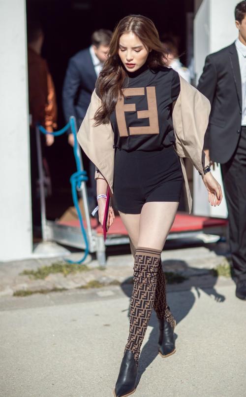 Ưu ái các thiết kế Việt, Kỳ Duyên tiếp tục mix cây đồ của Fendi cùng áo khoác cách điệu của NTK Lâm Gia Khang. Boots Fendi ton sur ton làm tôn lên chiều cao của Hoa hậu gốc Nam Định.