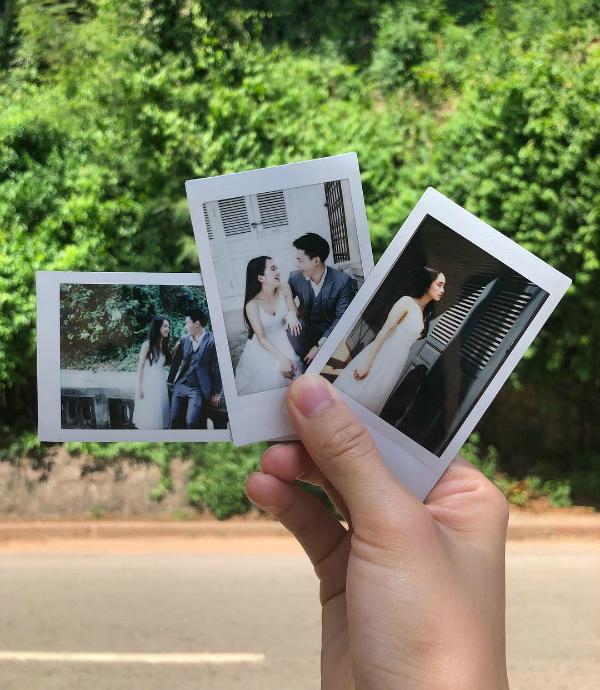 Cô nàng mới đây vừa đăng tải bức ảnh chụp với bạn trai cùng hashtag The moment wedding, úp mở chuyện lên xe hoa với bạn trai.