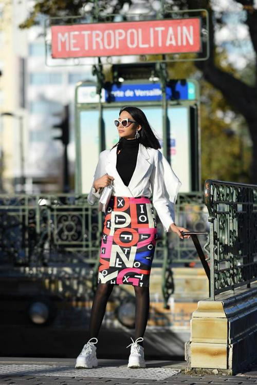 Trái với Kỳ Duyên, Hoàng Thùy hoàn toàn sử dụng các thiết kế Việt trong chuyến chào sân Paris lần này. Thái thái kiêu sa, sang chảnh giúp cô nổi bật trên đường phố. Trong hình, Á hậu Hoàn vũ diện chân váy đầy sắc màu cùng sneaker và áo vest cách điệu.
