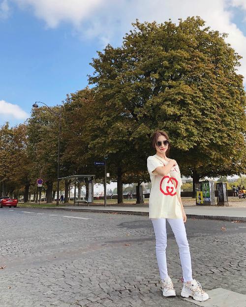 Set đồ trông có vẻ đơn giản, năng động này của Hòa Minzy cũng có giá ngót nghét 70 triệu đồng. Trong đó, mẫu áo phông quen thuộc của Gucci có giá 13,5 triệu đồng, sneakers trắng Flashtrek hơn 37 triệu đồng và túi xách của Gucci cũng có giá hơn 20 triệu đồng.