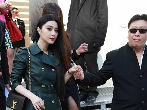Mục Hiểu Quang đỡ tay Phạm Băng Băng khi cô dự sự kiện.