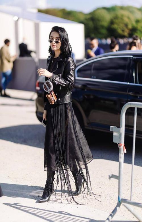 Đến Paris chỉ để thả dáng chứ không dự show, Khánh Linh The Face vẫn lọt top street style của loạt báo lớn quốc tế. Bộ trang phục với áo jacket thêu thủ công của Sanit Laurent mixcùng chân váy xếp ly của NTK Nguyễn Hoàng Túvà clutch của Louis Vuitton của Nữ hoàng lookbook giúp cô được chú ý.