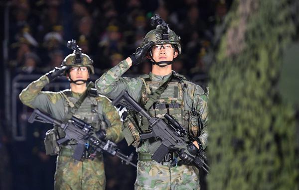 Ngoại hình, khí chất, động tác của Taec Yeon hoàn hảo như trong bộ phim quân đội. Sau khi ra ngũ, nam ca sĩ chắc chắn là tên tuổi được săn đón.