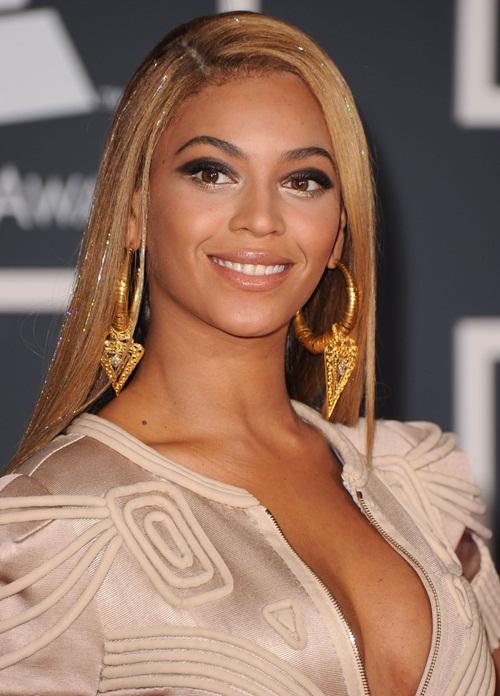 Tóc kim tuyến hay tóc lấp lánh đã được các cô gái Âu - Mỹ lăng-xê từ cuối những năm 90 và đầu 2000. Beyoncé từng xuất hiện trên thảm đỏ Grammy năm 2010 với kiểu tóc lấp lánh bởi những sợi kim tuyến Bella Via Hair Glitz.