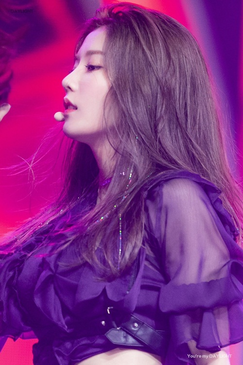Gần đây, nhiều nữ idol Hàn đã đưa mốt tóc kim tuyến hot trở lại. Tân binh Eun Bi của IZONE khiến mái tóc nâu trở nên thu hút hơn hẳn với những sợi kim tuyến 7 sắc cầu vồng.