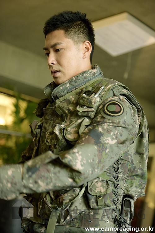 Ngôi sao nhà SM giữ nguyên phong độ khi gia nhập quân ngũ. Anh chàng ngày càng rắn rỏi, cực hợp với quân phục.