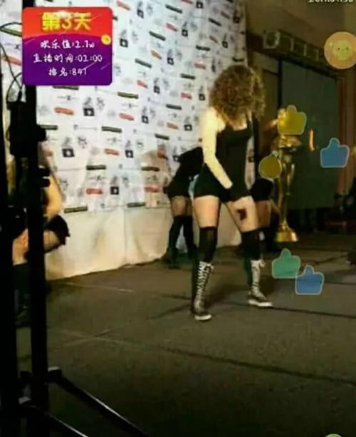 Những màn biểu diễn tại lễ trao giải bị nhận xét là như hát hội chợ.