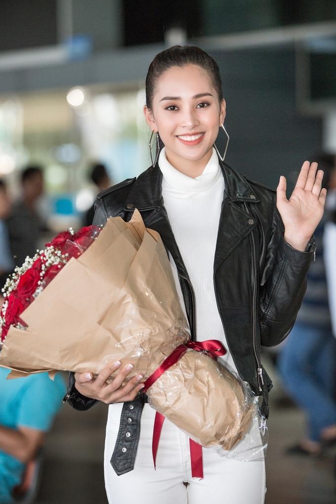 <p> Vừa trở về từ Pháp sau chuyến công tác, Hoa hậu Trần Tiểu Vy có mặt ở sân bay để động viên tới người chị thân thiết.</p>
