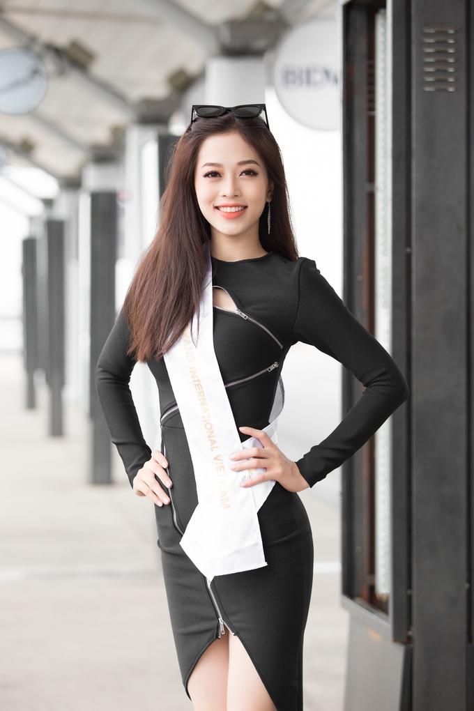 <p> Sáng 5/10, Á hậu Phương Nga lên đường tham dự cuộc thi Miss Grand International 2018. Á hậu xuất hiện rạng rỡ ở sân bay Tân Sơn Nhất để chuẩn bị thủ tục bay sang Myanmar, bắt đầu hành trình chinh phục vương miện mới.</p>