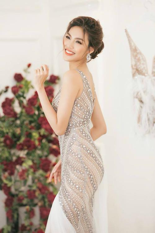 Chiếc váy cưới đặc biệt mà Lan Khuê diện trong ngày trọng đại đượcNTK Hà Thanh Huy chuẩn bị. Bản thân Lan Khuê cùng NTK đã trao đổi và lên ý tưởng gần một tháng để chọn ramẫu trang phụcưng ý nhất.
