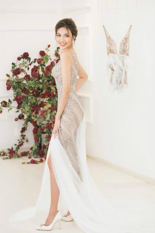 Không sử dụng các mẫu chất liệu vải ren hay lưới thường thấy ở các mẫu váy cưới mà thiết kế của Lan Khuêđề cao sự đính kết thủ công và kĩ thuật draping.