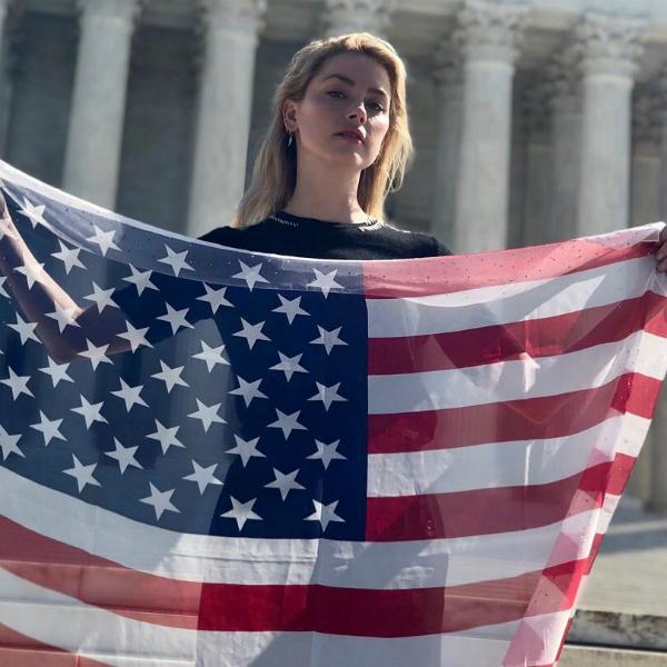 Nữ diễn viên Amber Heard cũng tham gia cuộc biểu tình.