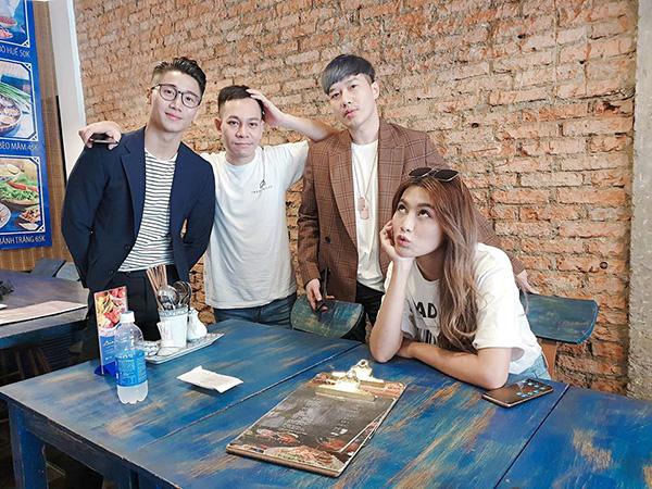 Chế Nguyễn Quỳnh Châu bên hội bạn