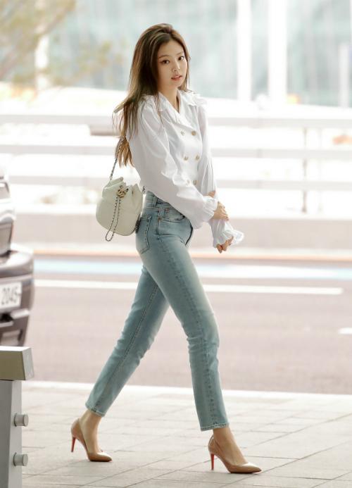 ...Jennie còn rất ưa chuộng những item thanh lịch. Diện mạo này của nữ ca sĩ khiến cô được ví là thiên kim tiểu thư trong phim truyền hình Hàn Quốc.