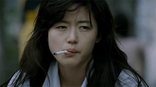 Jun Ji Hyun hóa thân thành một người nghiện thuốc lá.