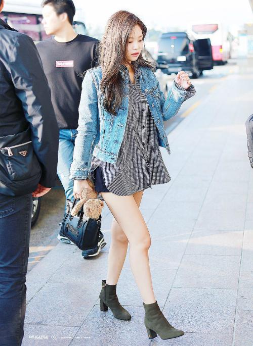 Mốt giấu quần cũng được Jennie yêu thích.Cô nàng luôn biết cách phối đồ để che khuyết điểm hạn chế chiều cao.