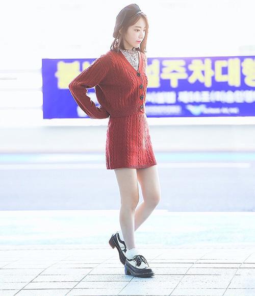 Sakura có cuộc lột xác đáng kể, cô nàng không còn mặc những trang phục dìm dáng mà biết cách phối đồ đáng yêu, tiện dụng chuẩn style Hàn Quốc.