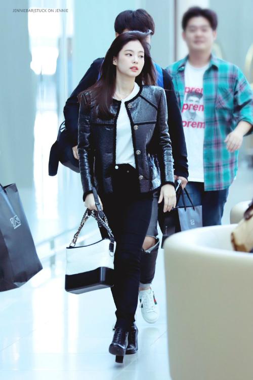 Trước đó, khi lên đường sang Paris dự tuần lễ thời trang, Jennie cũng đốn tim người hâm mộ với set đồ đen trắng. Dù diện trang phục đơn giản nhưngmỹ nhân YG vẫn khiếnfan choáng ngợp với khí chất tiểu thư,sang chảnh hóa mọi thứ.
